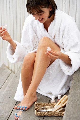•Ayak bakımı için en iyi zaman banyo sonrasıdır ama bu mümkün değilse, ayaklarını ılık su dolu bir leğende 10–15 dakika bekleterek yumuşamasını sağla. Dilersen suyun içine birkaç damla bademyağı katarak, ayaklarının daha çok yumuşamasına yardım edebilirsin.